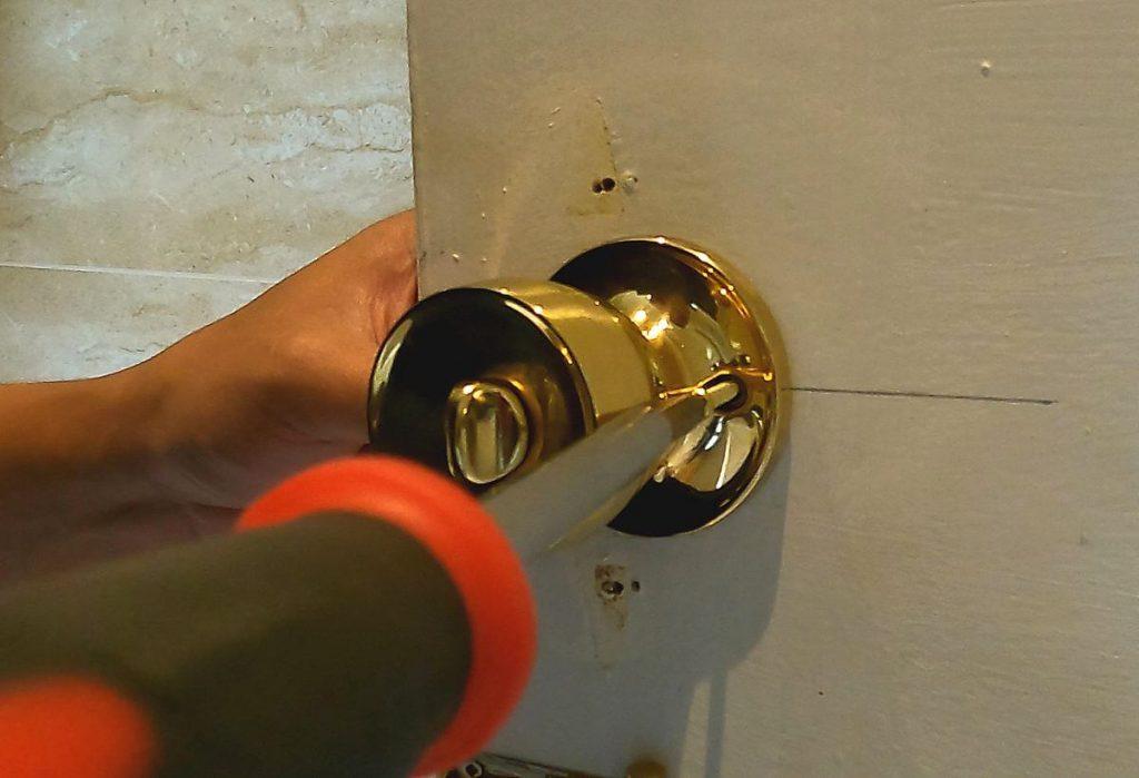 20-attaching-door-handles-knob-on-door-with-screws